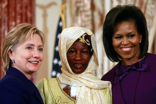Hadizatou Mani entourée de Michelle Obama et d'Hilarry Clinton lors d'une cérémonie de remise de prix